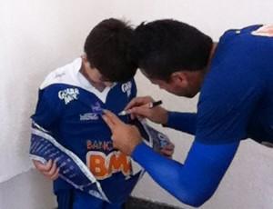 Fábio autográfa camisa de torcedor do Cruzeiro (Foto: Mauricio Paulucci)