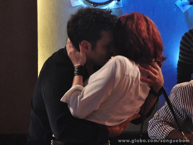 Érico beija Cléo bem na frente de Verônica (Foto: Jacson Vogel / TV Globo)