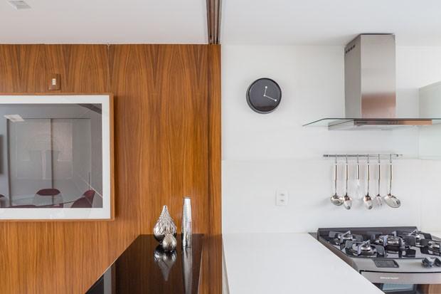 Painéis móveis de madeira trazem versatilidade a apartamento em Brasília (Foto: Haruo Mikami)
