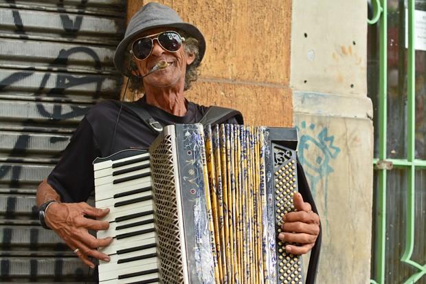 Um sanfoneiro em um bairro oriental? A Feira da Liberdade torna-se cada vez mais global (Foto: © Wilton Esteves da Fonseca)