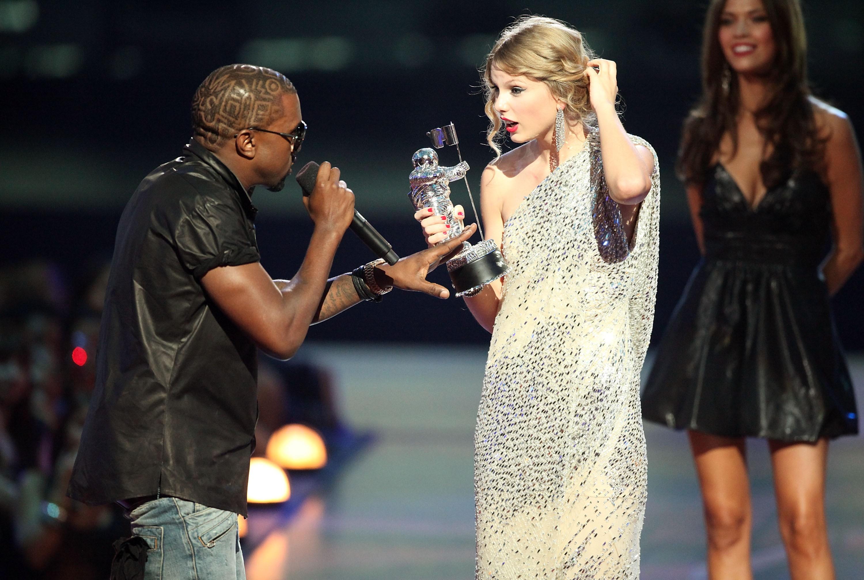 Kanye West e Taylor Swift protagonizaram um dos mais famosos momentos de Manterrupting da cultura pop (Foto: Getty Images)
