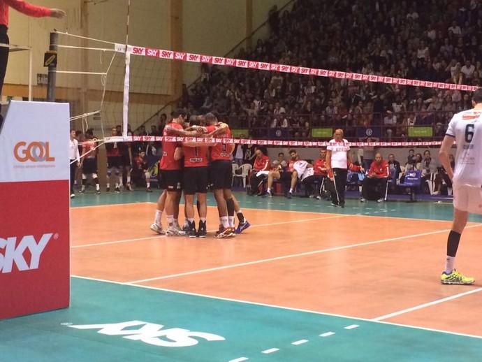 Jogadores do Sesi se abraçam para comemorar a vitória no segundo set sobre o Bento (Foto: Sesi/Divulgação)