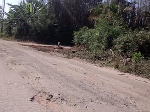 Em trecho da pista sentido Mogi-Bertioga, desnível atrapalha motoristas (Foto: Maiara Barbosa/ G1)