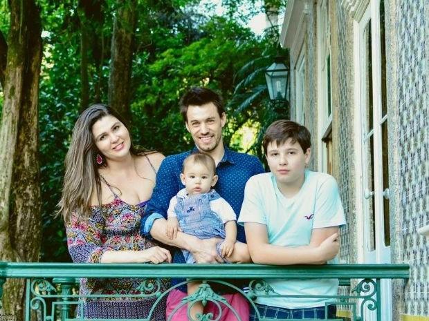 O jovem mora com a esposa Clarrissa, o filho Tito e Pedro, de 12 anos, que também é filho de Clarissa  (Foto: Paula Cotrim)