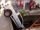 Carro cai em córrego no bairro Alvorada, em Manaus