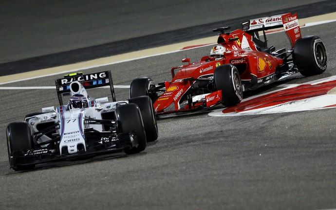 Sebastian Vettel fica preso atrás de Valtteri Bottas no GP do Bahrein (Foto: AFP)