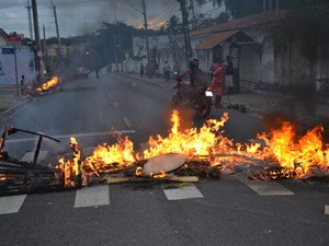 Moradores queimaram paus e pneus para protestar contra a falta de manutenção nas galerias (Foto: Walter Paparazzo/G1)
