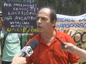 Professor protesta contra resolução na educação desportiva (Foto: Reprodução / TV TEM)