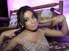 Atrasada, Anitta usa chiclete como tarraxa de brinco em festa de clipe