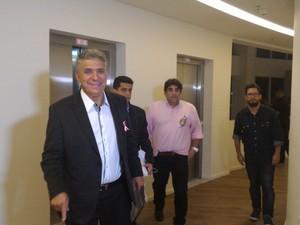Dr. Valter Suman chegou à sede da TV Tribuna acompanhado de sua equipe (Foto: LG Rodrigues / G1)