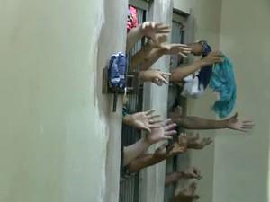 Celas da Delegacia de Flagrantes está lotada (Foto: Reprodução TV Acre)