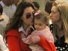 Lavínia Vlasak e Bianca Castanho paparicam as filhas em shopping
