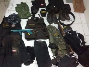 Material apreendido com os dois falsos policiais (Foto: Divulgação/Polícia Civil)