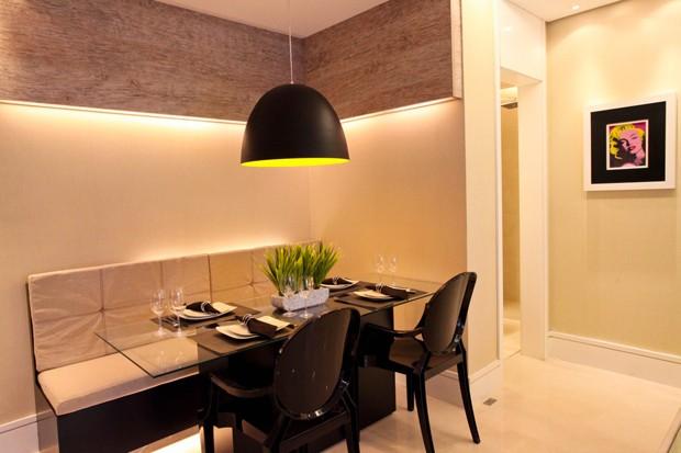 Iluminação é o ponto forte desse projeto com banco na sala de jantar (Foto: Camila Klein)