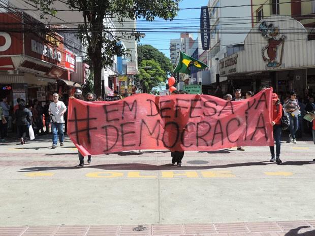 Manifestantes contra o impeachment de Dilma Rousseff fizeram passeata no Centro de Presidente Prudente neste sábado (30) (Foto: Gelson Netto/G1)