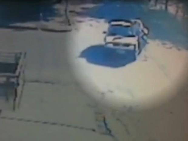 Momento em que o motociclista atinge um carro no cruzamento (Foto: Reprodução / TV Tem)