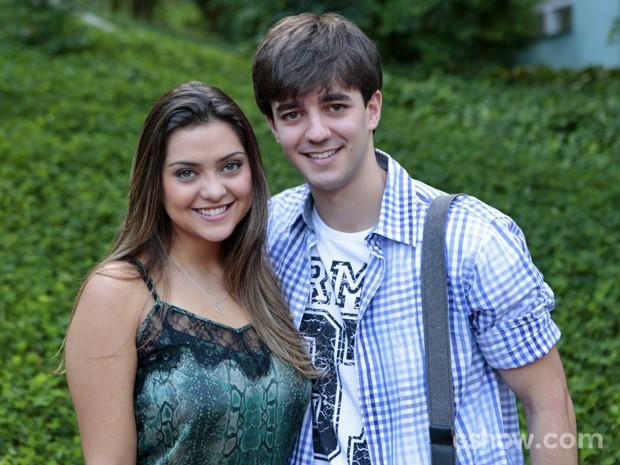 Bernardo Dugin posa com Polliana Aleixo, sua parceira em cena (Foto: Felipe Monteiro/ TV Globo)