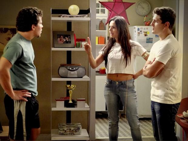 O casal enquadro Leandro e dá as regras da casa (Foto: Avenida Brasil/TV Globo)