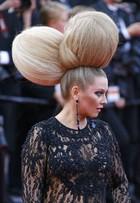 E o prêmio de penteados bizarros em Cannes vai para... Elena Lenina!