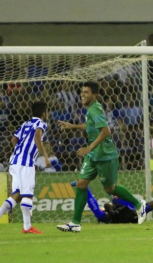 Aurélio marca o segundo gol do Coruripe (Foto: Ailton Cruz/Gazeta de Alagoas)