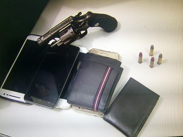 Material apreendido com os suspeitos foi entregue na Delegacia de Plantão da Zona Sul de Natal (Foto: Inter TV Cabugi/Reprodução)