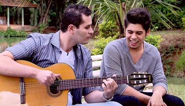 Em família, Zé Felipe tocou junto com o irmão no Mais Caminhos (Foto: Reprodução / EPTV)