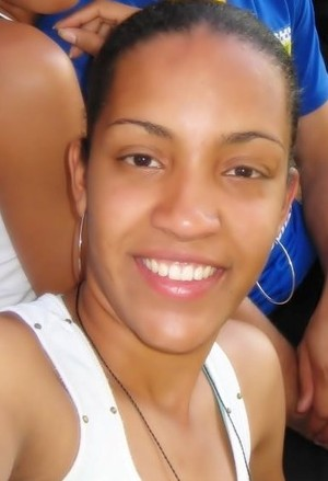 A atleta de handebol Danielle Dias colabora na organização das quadras (Foto: Arquivo pessoal)