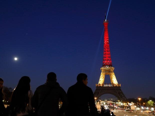 A torre Eiffel em Paris, na França, é iluminada com as cores da bandeira da Bélgica em homenagem às vítimas dos ataques terroristas desta terça (22) (Foto: Philippe Wojazer/Reuters)