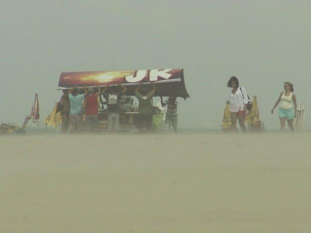Ventania surpreende banhistas em praia de Santos, SP (Foto: Reprodução / TV Tribuna)