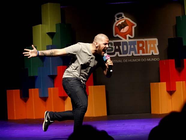 """O ator Victor Sarro durante apresentação no festival """"Risadaria"""" (Foto: Teatro Brasil Kirin/Divulgação)"""