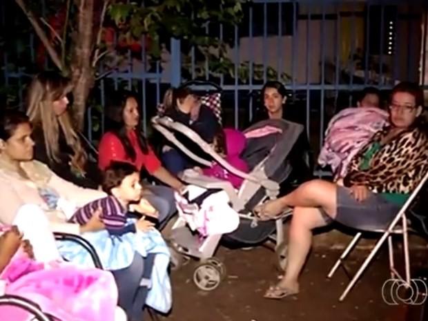 Pais ficaram até três dias acampados em frente a creche em Jataí, Goiás (Foto: Reprodução/ TV Anhanguera)