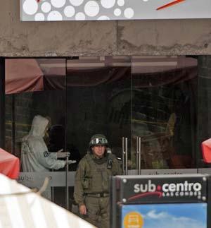 Polícia investiga explosão em estação de metrô Escuela Militar na capital chilena nesta seguna-feira (8) (Foto:  AFP PHOTO/VLADIMIR RODAS)