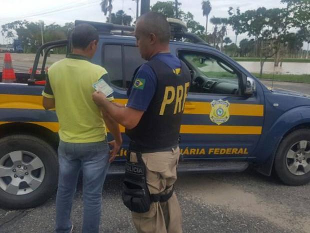 Motorista de ambulância foi flagrado conduzindo veículo com carteira de habilitação falsa na rodovia BR-316, em Capanema, nordeste do Pará. (Foto: Divulgação/Polícia Rodoviária Federal do Pará)