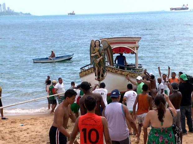 Galeota que leva imagem de Bom Jesus dos Navegantes é colocada no mar nesta terça-feira (31) (Foto: Imagens/TV Bahia)