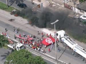 Protesto interdita um dos sentidos da BR-101, nas proximidades do Viaduto da Caxangá (Foto: Reprodução/TV Globo)