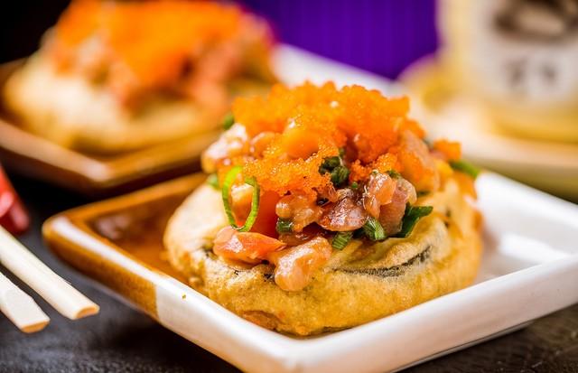 Tempurá de berinjela com tartare de salmão e ovas (Foto: Filico)