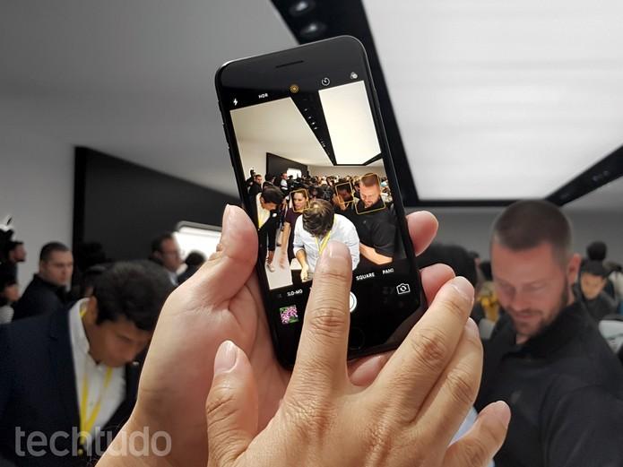 iPhone 7 tem câmera traseira de 12 megapixels e frontal de 7 MP para selfies (Foto: Thassius Veloso/TechTudo) (Foto: iPhone 7 tem câmera traseira de 12 megapixels e frontal de 7 MP para selfies (Foto: Thassius Veloso/TechTudo))