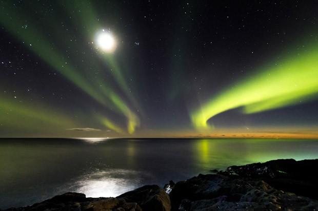 Esta foto mostra a luz do Sol refletida na poeira e gás, na cauda do cometa Panstarrs (Foto: Comet Panstarrs/Ingólfur Bjargmundsson)