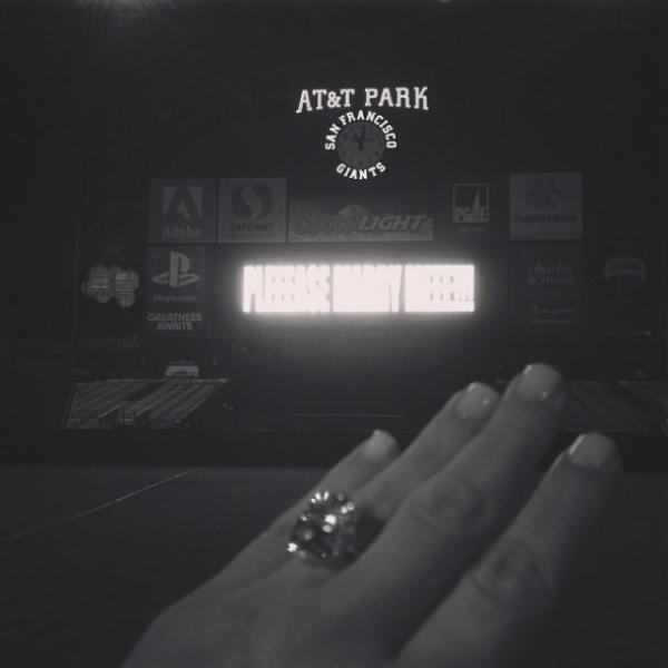 Foto do anel de noivado de Kim Kardashian, logo após o pedido em casamento de Kanye West. (Foto: Reprodução/Instagram)