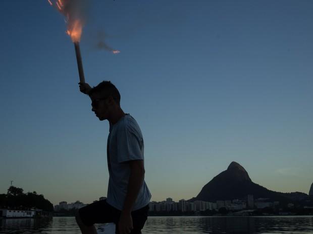 Um homem solta fogos de artifício a bordo de um barco durante a celebração do Dia de São Pedro no Rio de Janeiro. O grupo de pescadores honra seu santo padroeiro todos os anos com uma pequena parada e fogos em torno da lagoa Rodrigo de Freitas (Foto: Felipe Dana/AP)