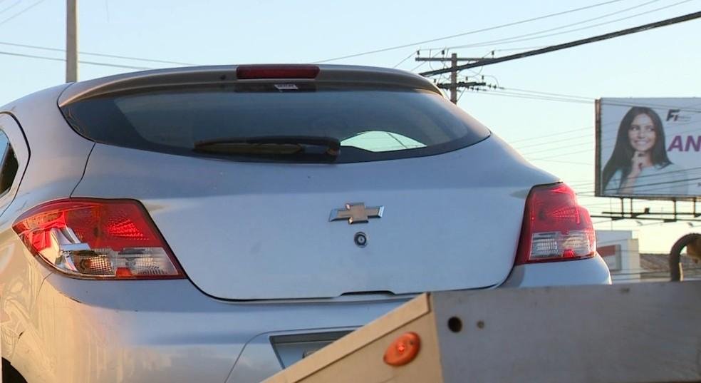 Carro modelo Onix foi levado para a 2ª Seccional de Campinas (Foto: Reprodução / EPTV)