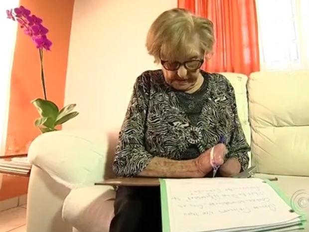 Leonira superou dificuldades para aprender a escrever e publicar livro com poesias (Foto: Reprodução / TV Tem)