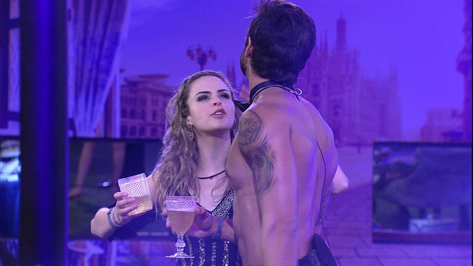 Ana Paula e Renan festa oriente (Foto: TV Globo)