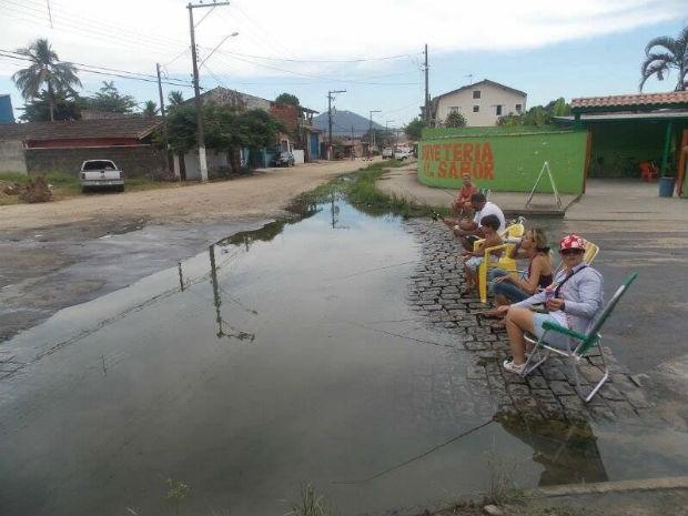 Moradores durante protesto no sábado (8) no bairro Estufa 2, em Ubatuba (Foto: Glacy Rodrigues/Arquivo Pessoal)