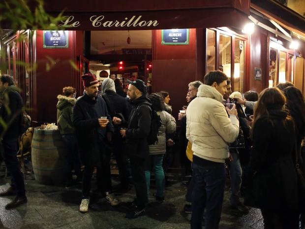 Jovem disse estar no bar Le Carillon, que foi alvo de ataques (Foto: Thibault Camus/AP)