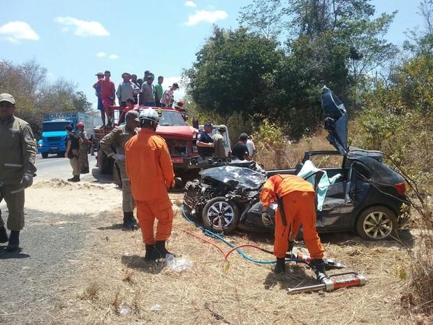 Colisão deixa duas pessoas mortas e outra gravemente ferida na BR-316 (Foto: Juliana Barros/G1)