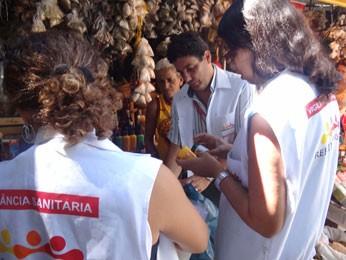 Três fiscais participaram da ação da Vigilância Sanitária (Foto: Renan Holanda / G1)