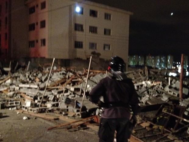 Escombros do prédio que desabou na noite desta segunda-feira em Guarulhos (Foto: Roney Domingos/G1)
