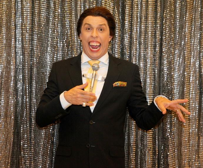 O humorista Ceará posou para o Gshow nos bastidores do Tomara (Foto: Artur Meninea/Gshow)