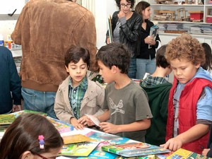 Troca de livros no Colégio Equipe (Foto: Sérgio Furman/ Divulgação Colégio Equipe)